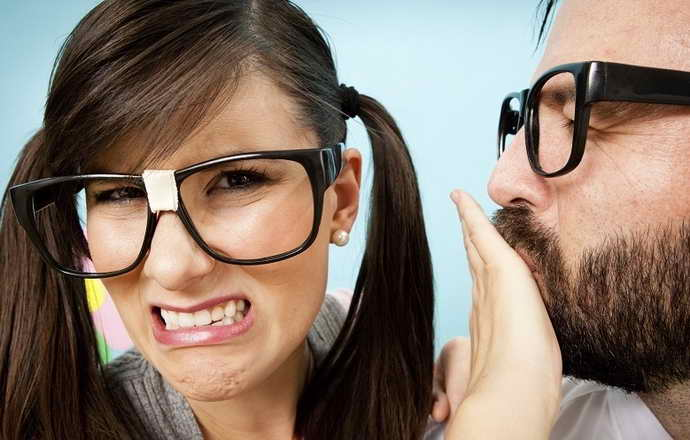 Основные признаки неприятного запаха изо рта