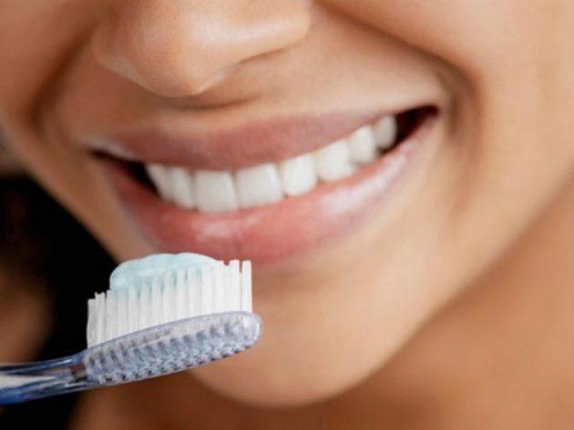 Фарфоровые виниры не требуют особого ухода, достаточно регулярной чистки зубов