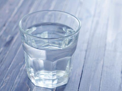 Для поддержания водно-солевого баланса нужно пить минеральную воду без газа