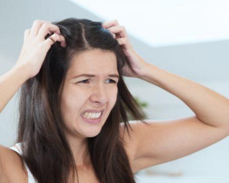 Как отличить чешуйки перхоти от гнид на волосах: размер, локализация, степень дискомфорта
