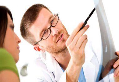 врач показывает ренген
