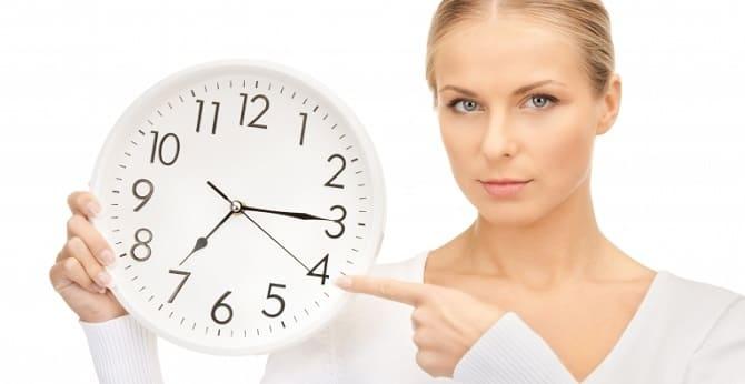Девушка показывает на часы