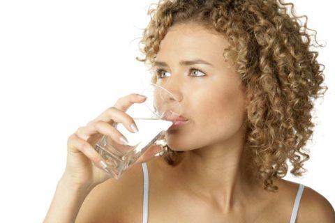 Пить воду нужно небольшими порциями, каждые 10-20 минут