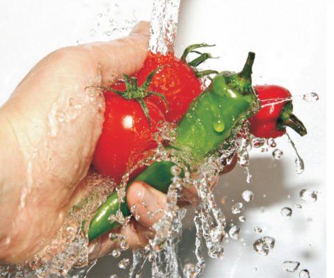 Мытье овощей и фруктов перед употреблением - это важно