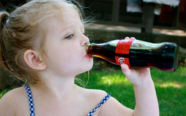 Ребенок пьет кока-колу