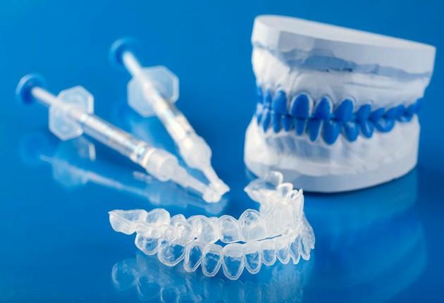 В комплекте с многими гелями для отбеливания зубов идут капы