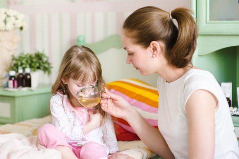 Лучшее лечение на всем протяжении болезни – обильное питье и минимум еды.