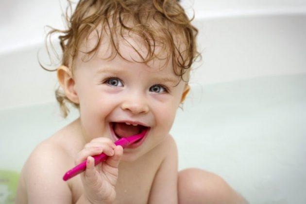 Приучать ребенка чистить зубы нужно с самого раннего возраста