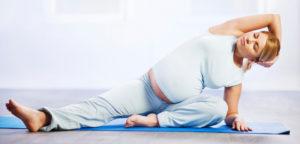Беременная девушка делает зарядку