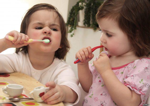 Сестры чистят зубы