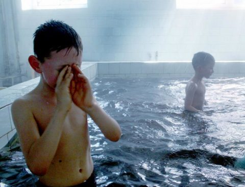 Слезотечение – одно из самых частых следствий хлорированной воды в бассейне