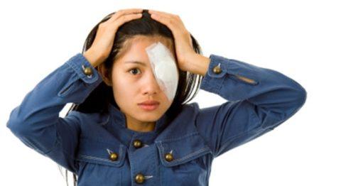 После укуса осы в область глаза следует обратиться за врачебной помощью.