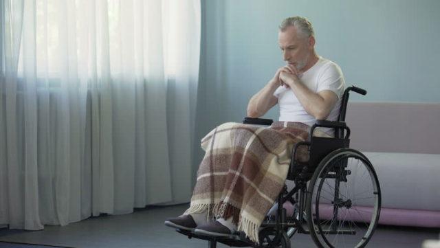 Мужчина в коляске