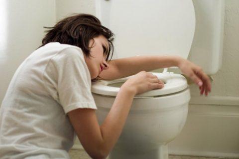 Тошнота и рвота – первые признаки того, что было выпито слишком много алкоголя