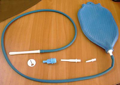 Для проведения процедур рекомендуется использовать кружку Эсмарха, представленную на фото.