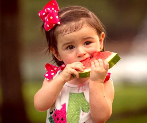 Детям до 5 лет при отравлении арбузом категорически запрещено дома делать промывание желудка.