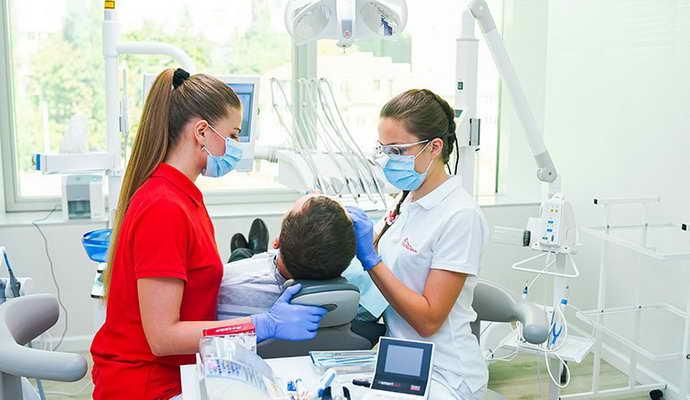 Лечение кариеса и операции с больными зубами