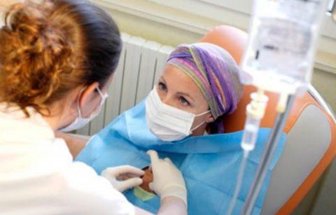 На фото онкологической больной проводят процедуру химиотерапии.